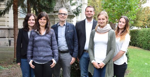 Das HBP-Team bekommt zwei weitere KollegInnen. Bisher arbeiteten in Innsbruck Elisabeth Wintersteller, Theresa Raß, Alois Saria, Manuel Gran, Viktoria Tipotsch, Lisa-Marie Leichter (v. li. n. re), sowie Tina Kokan (nicht im Bild). Foto: MUI.